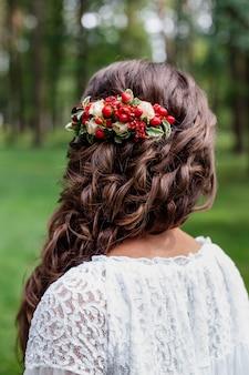Mariée Avec Des Fleurs Naturelles Rouges Et De La Verdure Dans Ses Cheveux Photo Premium