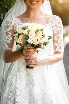 Mariée avec des fleurs