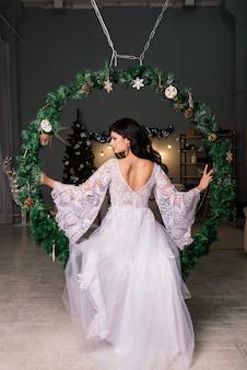 Mariée sur le fond des lumières du nouvel an, intérieur de noël