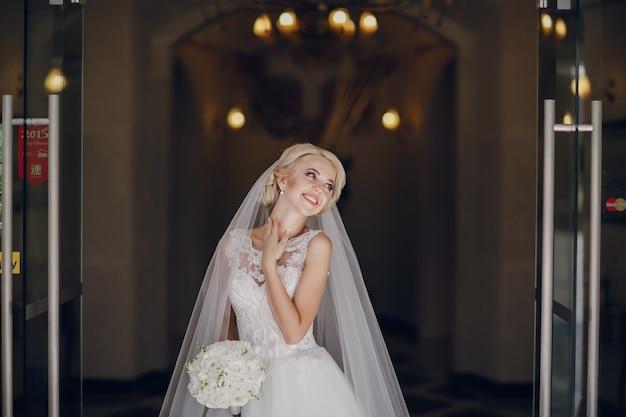 Mariée heureuse avec bouquet