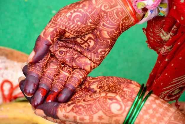 Mariée indienne montrant la conception de mains mehndi sur mariage