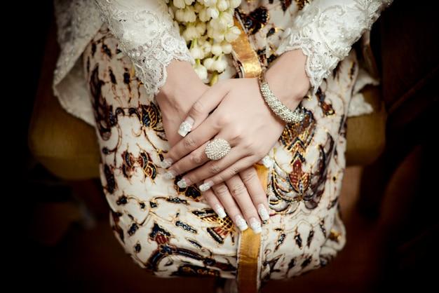 Mariée javanaise à l'aide de batik d'or