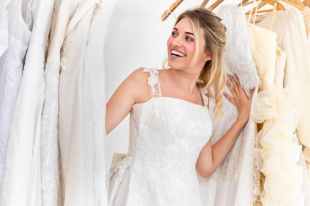 Mariée jeu caucasien se cacher secrètement dans le studio de mariage.