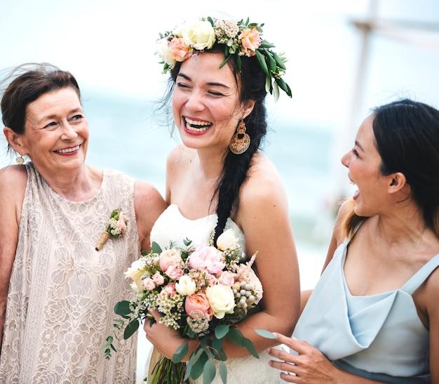 Mariée joyeuse à la plage