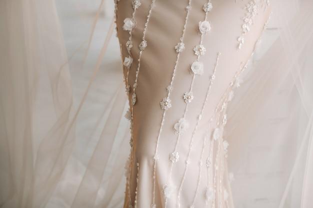 Une mariée luxueuse dans une robe de mariée le matin dans son intérieur.