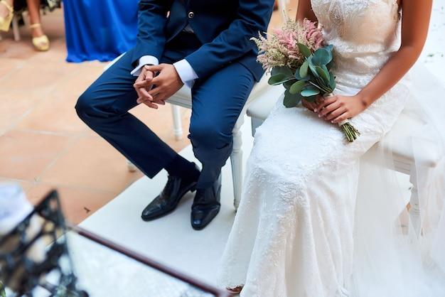 Mariée et le marié assis