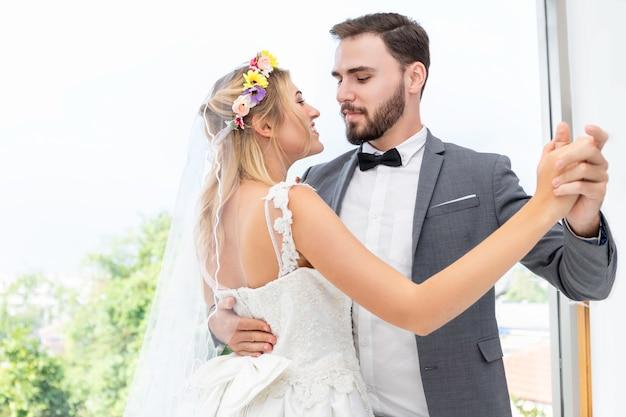 Mariée et le marié couple de danse caucasienne et blague en studio de mariage.