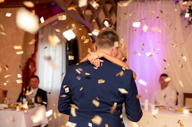Mariée et le marié dansant au mariage