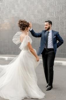 Mariée et marié dansant dans la rue