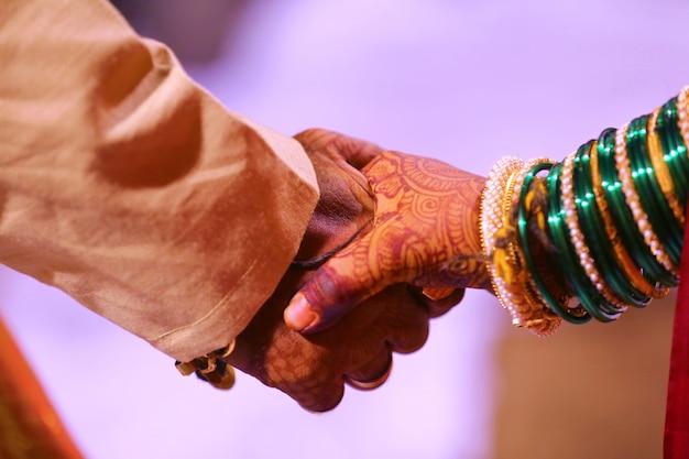 Mariée et le marié mains, mariage indien