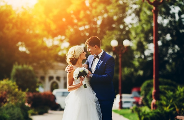 Mariée et le marié marchant dans la rue
