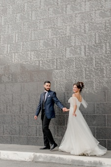 Mariée et marié marchant dans la rue