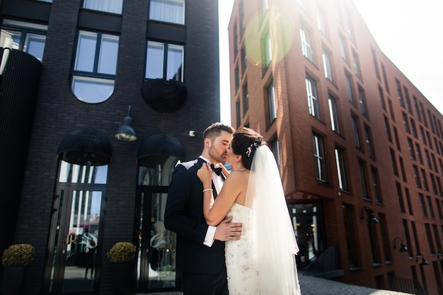 Mariée et le marié marchant dans la ville, le jour du mariage, le mariage. mariée et le marié en milieu urbain. jeune couple au jour du mariage.