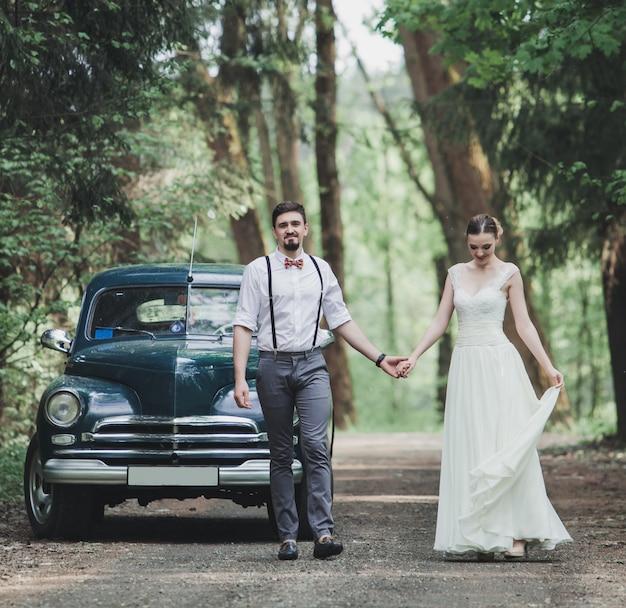 Mariée et le marié marchant