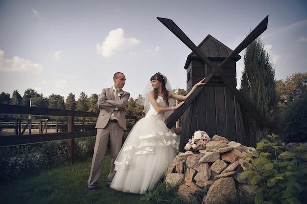 Mariée et le marié à un petit moulin.