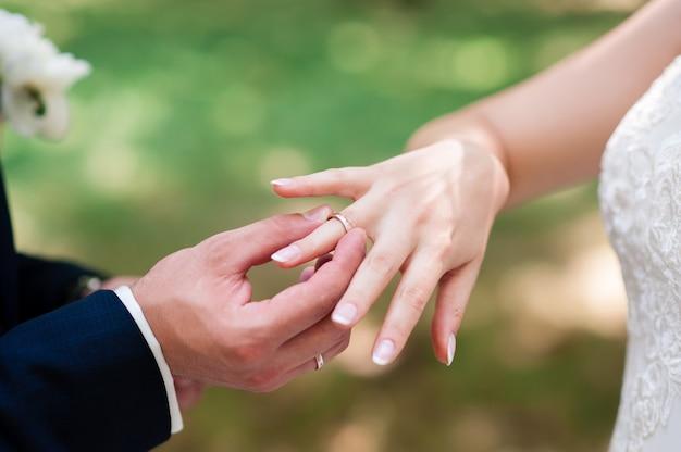 La mariée et le marié portent des bagues.