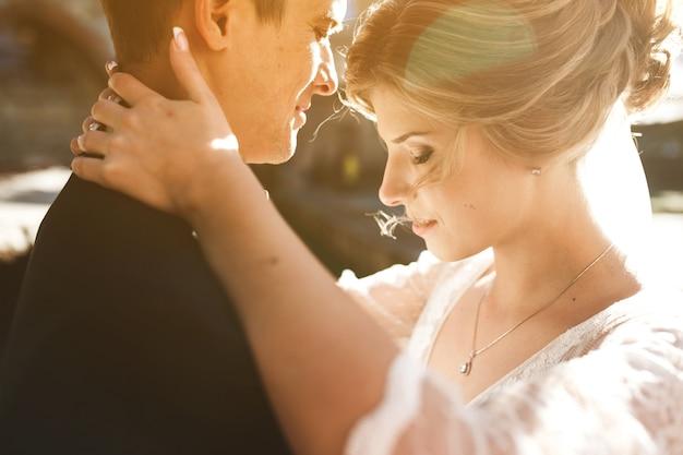Mariée et marié posant dans les rues de la vieille ville