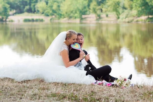 Mariée et le marié sur la promenade
