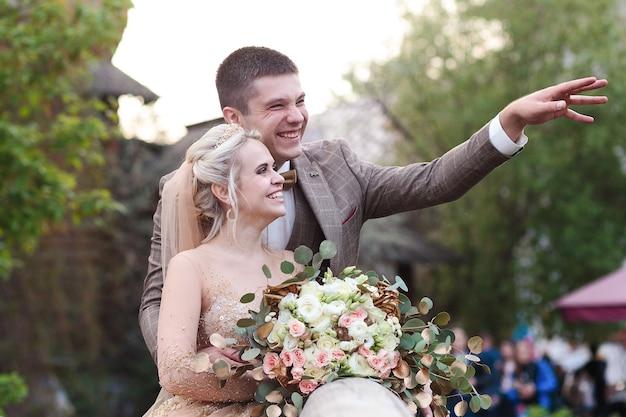 La mariée et le marié s'embrassent dans la rue dans le vieux kremlin. jour de mariage