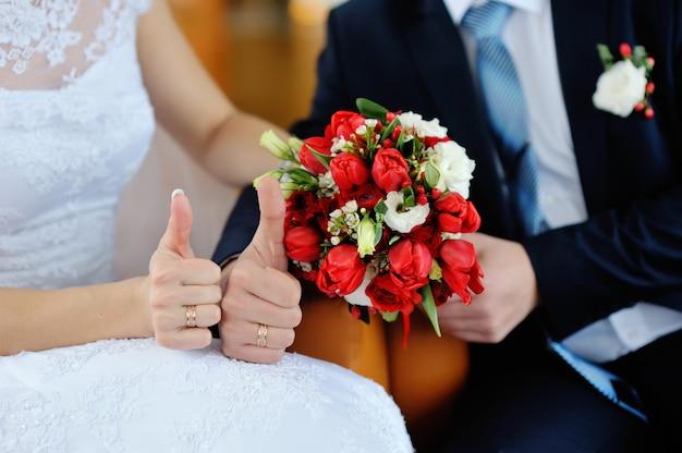 Mariée et le marié se tenant la main