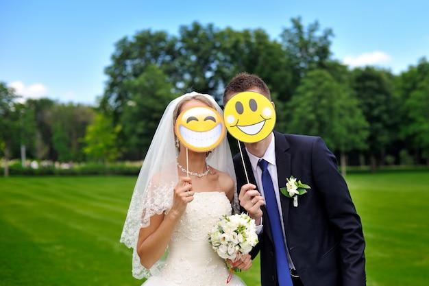 Mariée et le marié avec des smileys en papier