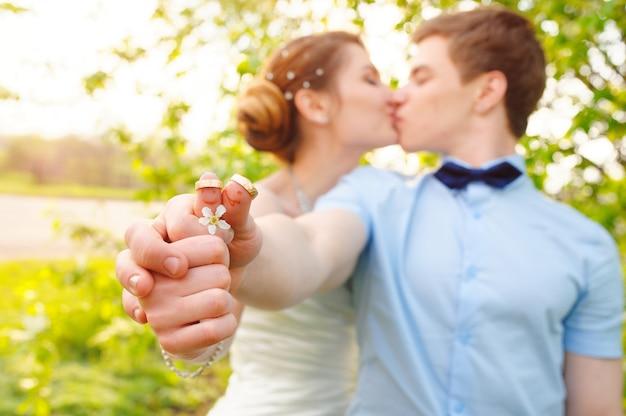 Mariée et le marié tenant des anneaux