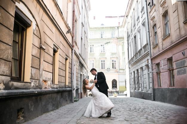 Mariée et mariée danse sur la rue