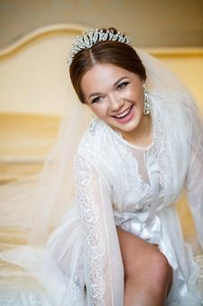 La mariée met des chaussures blanches le jour du mariage