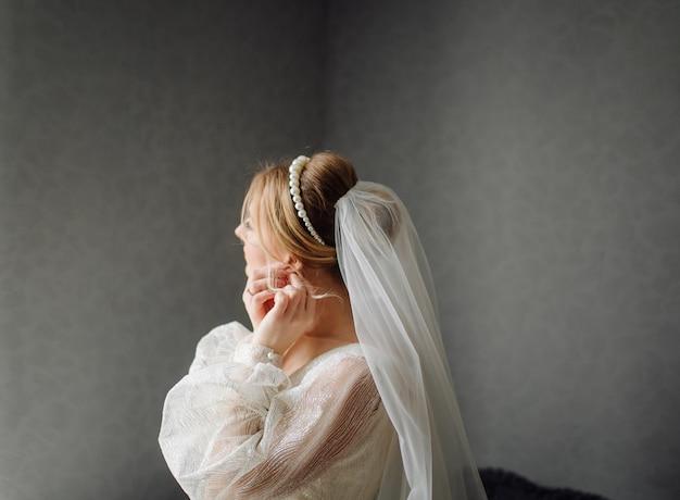 Mariée, mettre, boucles d'oreilles