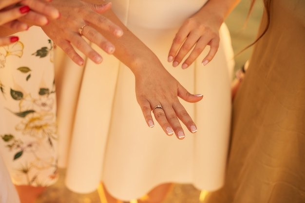 Mariée montrant sa bague de mariage