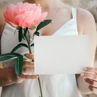 Mariée avec une pivoine au coucher du soleil de corail et une invitation de mariage