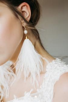 La mariée porte des boucles d'oreilles style closeup, élégant, robe, élégance, belle, accessoires