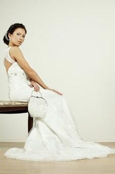 Mariée avec porte-monnaie de mariage blanc