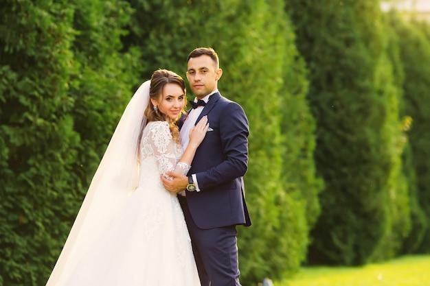 La mariée qui a plié le dos et le marié qui veut s'embrasser
