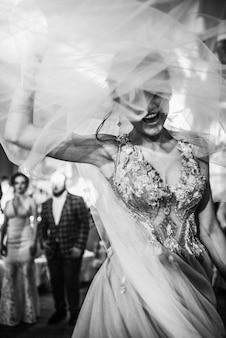 La mariée qui rit danse par terre dans le restaurant