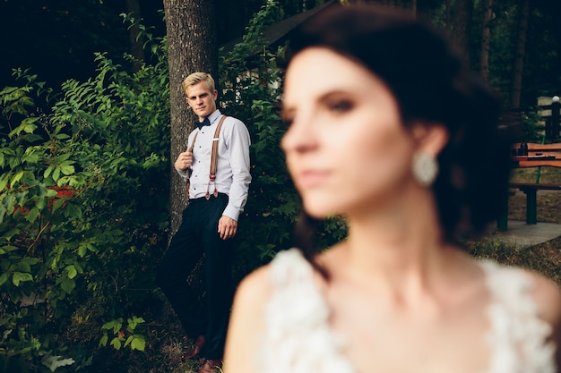 La mariée regarde quelque part en arrière-plan est le marié