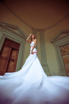 Mariée en robe blanche dans la rue