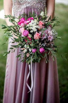 Mariée en robe avec un bouquet de mariée
