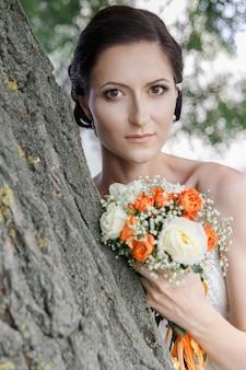 La mariée en robe à épaules dénudées