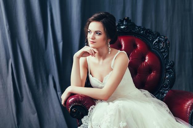 Mariée en robe de mariée blanche