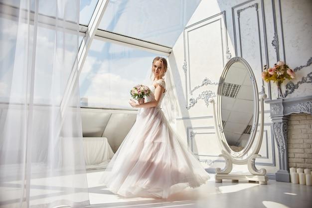 Mariée en robe de mariée avec des fleurs