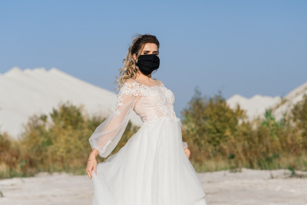 Mariée en robe de mariée avec masque médical