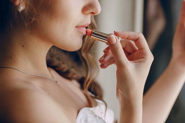 Mariée avec le rouge à lèvres