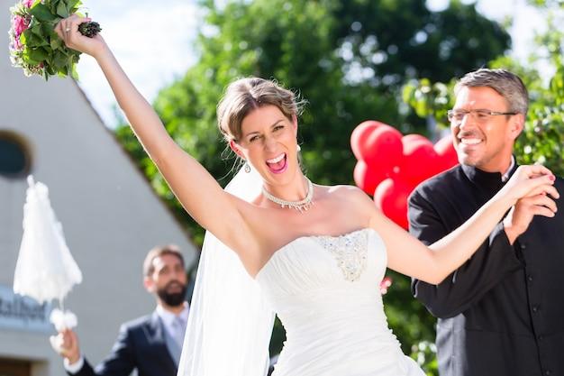 Mariée s'enfuyant avec le prêtre après le mariage