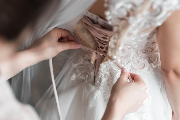 Mariée s'habiller