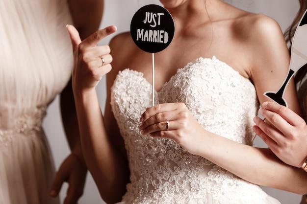 La mariée et sa demoiselle d'honneur tenant des accessoires pour la séance photo de mariage. mariage .