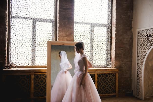 La mariée se rassemble le matin près du miroir