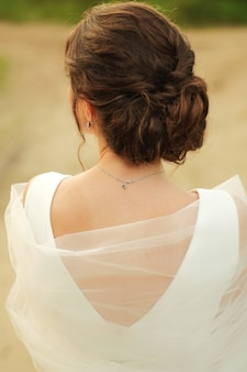 La mariée se tient dos au voile