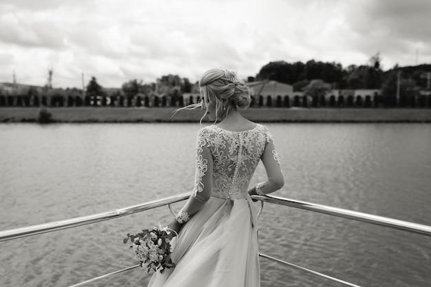 Mariée se tient avec son bouquet de mariée. fermer