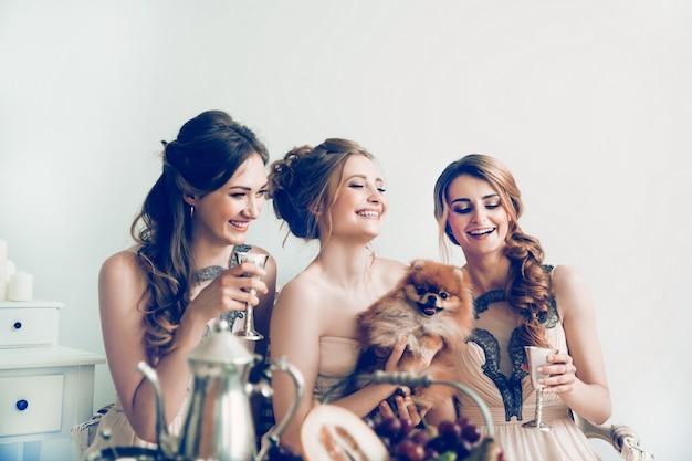 Mariée avec ses amis et animal de compagnie bien-aimé pendant l'enterrement de vie de jeune fille